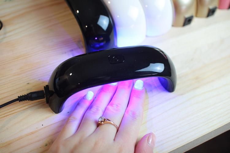 Выбираем лампу для ногтей: виды и их особенности
